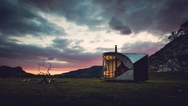 Welsh carpenter single-handedly fabricates dragon-inspired cabin